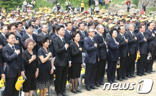 [사진]국민의례하는 노무현 전 대통령 추모객