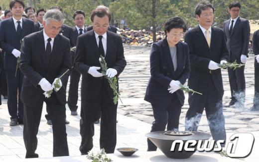 [사진]헌화하는 이해찬·한명숙·문재인·문성근