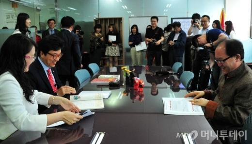 순천향대 공자아카데미를 취재하는 중국언론사 기자들에게 중국어 수업을 받는 서교일 순천향대 총장