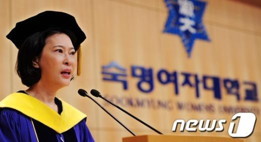 한영실 숙명여자대학교 당시 총장이 지난해 8월17일 2011 후기 학위수여식에서 축사하고 있다./뉴스1  News1 이정선 기자