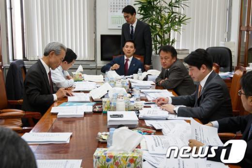 지난 4월22일 국회 정무위원회 법안심사소위원회가 열리고 있다. (자료사진)  News1