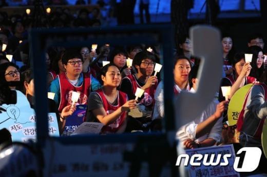 """[사진]""""전화기 대신 촛불을"""""""