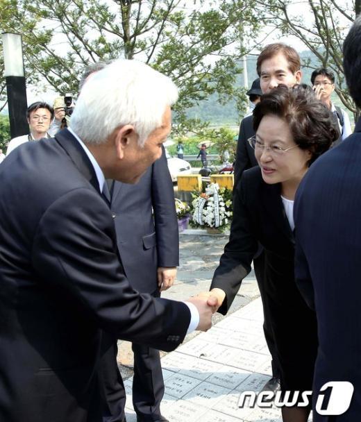 [사진]악수 나누는 권양숙 여사와 김한길 대표