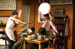 연극 <짬뽕>은 행복한 내일을 꿈꾸는 평범한 이웃 이야기를 그린 슬픈 코미디극이다. /사진제공=극단 산