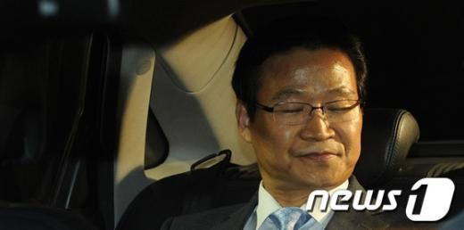 [사진]차량에 탑승한 김용판 전 서울경찰청장