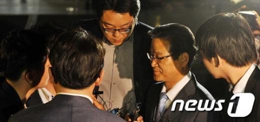 [사진]취재진에 둘러싸인 김용판 전 서울경찰청장