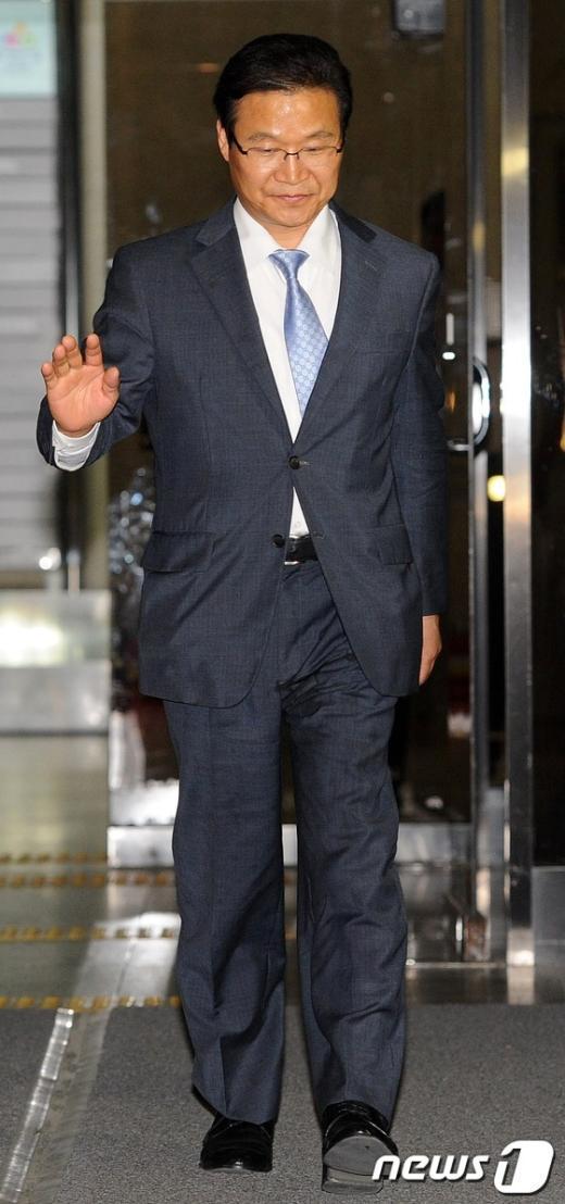 [사진]취재진 질문 거절하는 김용판