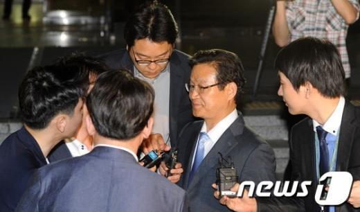 [사진]취재진에 둘러싸인 김용판