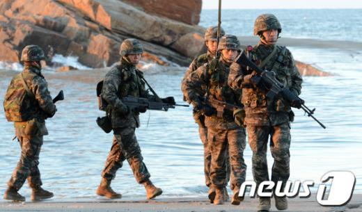 인천 옹진군 연평도에서 해병대원들이 경계근무를 서고 있다. /뉴스1  News1 이명근 기자