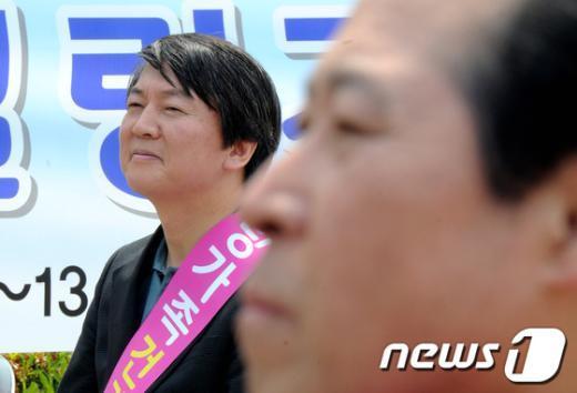 [사진]신경전 후 행사장에서 만난 안철수-이노근