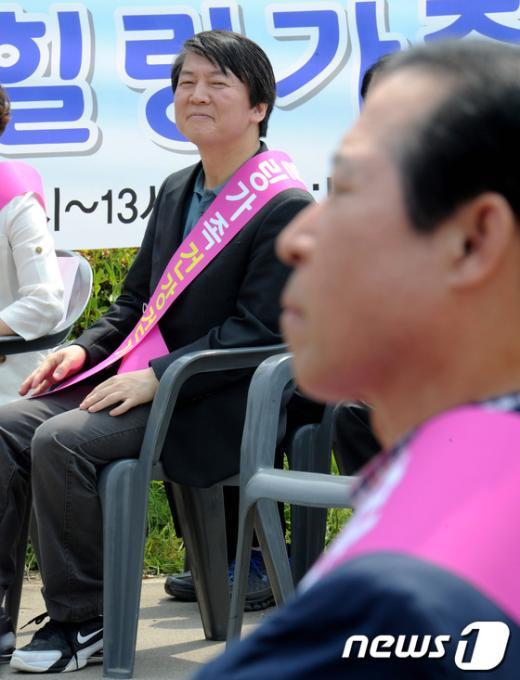 [사진]이노근 의원 바라보는 안철수 의원