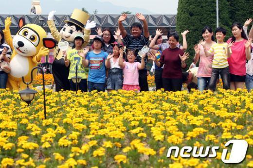 [사진]꽃밭에서 사진찍는 다문화가족들