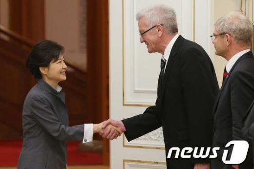 박근혜 대통령이 27일 오후 청와대에서 방한중인 빈프리드 크레취만 독일연방 상원의장 일행과 악수를 나누고 있다. (청와대 제공) 2013.5.27/뉴스1  News1 박철중 기자