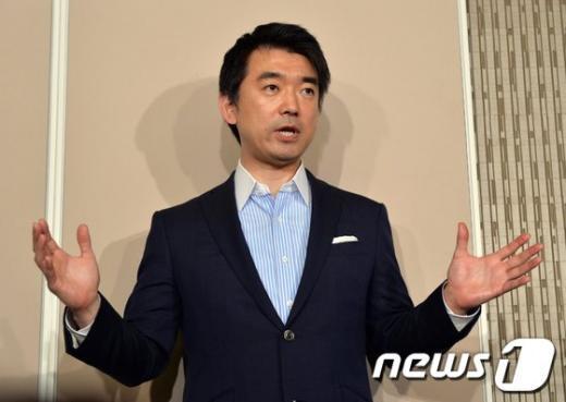 일본유신회 공동대표인 하시모토 도루(橋下徹) 오사카 시장이 지난 24일 오사카 시청에서 기자회견을 하고 있다. AFP= News1