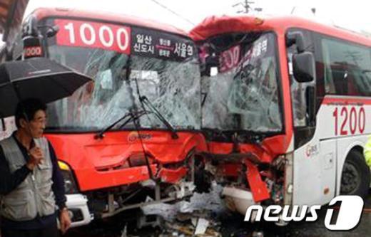[사진]처참히 부서진 광역버스