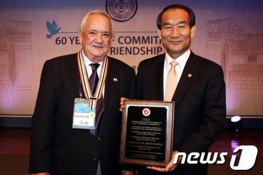 [사진]UN참전용사협회, 한국정부에 감사패 전달