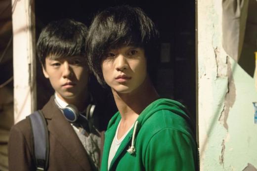 /북한 특수부대 출신 남파간첩 역할을 한 이현우와 김수현(오른쪽). 출처 영화 홈페이지.