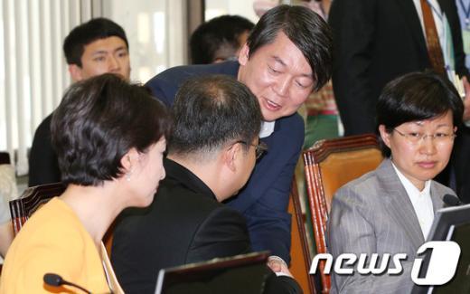 """[사진]첫 상임위 안철수, """"잘 부탁드립니다"""""""