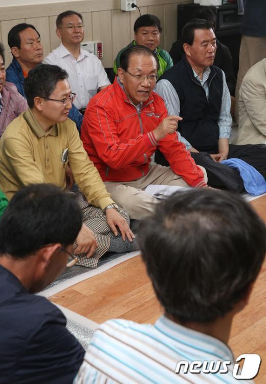 [사진]농축산인 간담회에서 인사말 하는 황우여 대표