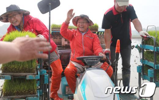[사진]이양기 운전하는 황우여 대표