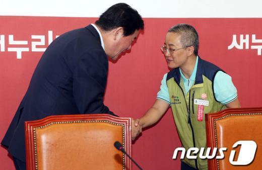 [사진]유지현 위원장과 안수하는 최경환 원내대표