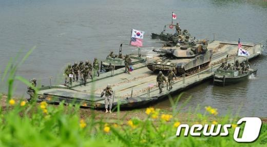 [사진]한국군 문교 건너는 미군 전차