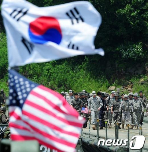 [사진]한국군 부교 건너는 미8군 사령관