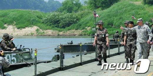 """[사진]미8군사령관 """"한국군 최고"""""""