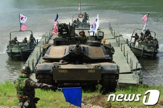[사진]임진강 건너는 美M1A2전차