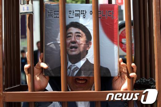 [사진]감옥에 갇힌 日아베 총리?