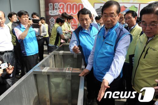 [사진]물막이판 살펴보는 박원순 시장