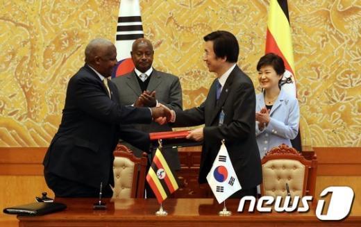 [사진]한-우간다 협정서명식