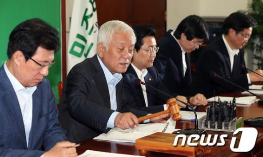[사진]최고위원회의 주재하는 김한길 대표