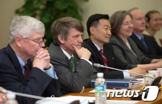 [사진]경청하는 미국측 원자력협정 개정 협상단