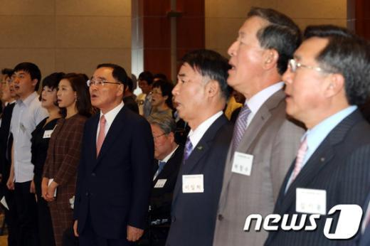 [사진]애국가 부르는 정홍원 총리와 경제단체장들