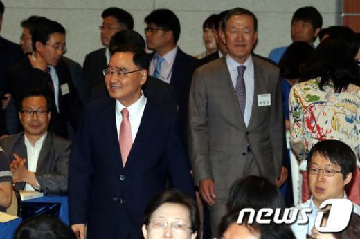 [사진]개막식장 들어서는 정홍원 총리와 허창수 회장