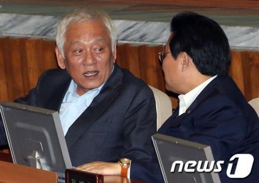 [사진]본회의서 대화하는 김한길-전병헌