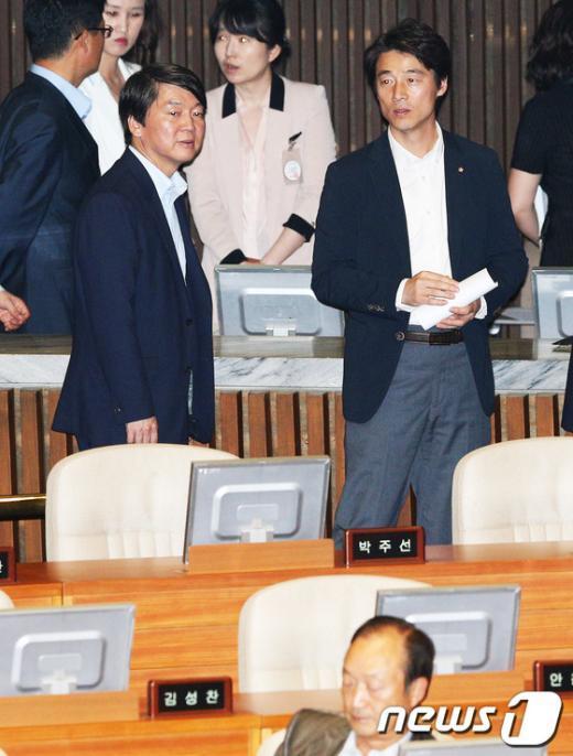 [사진]안철수-송호창, 투표도 나란히