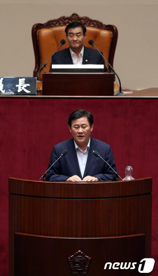 [사진]운영위원장으로 선출된 최경환 원내대표
