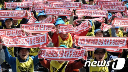 지난 4월12일 오후 서울 여의도 국민은행 앞에서 열린 PC방 소상공인 생존권 수호를 위한 결의대회에서 PC방 업주들이 구호를 외치고 있다.  News1 안은나 기자