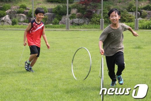 [사진]굴렁쇠놀이 하는 어린이들