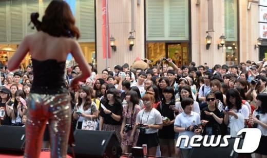 [사진]명동클래식 콘서트에 모인 시민들