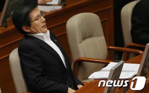 [사진]대정부질문이 피곤한 황교안 장관