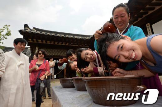 [사진]창포물에 머리감는 외국인 관광객과 시민들