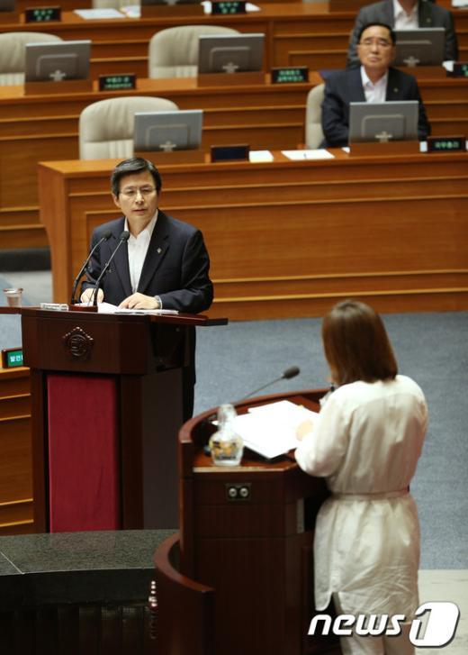 [사진]국정원 수사 답변하는 황교안 장관
