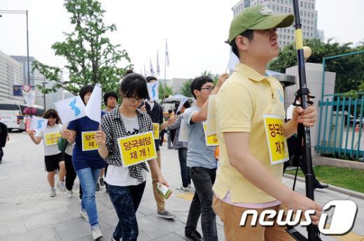 [사진]행진하는 전쟁반대국민행동 회원들