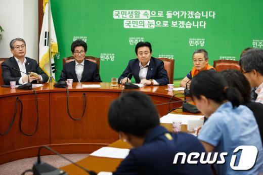 [사진]전국보건의료노조 의견 듣는 전병헌