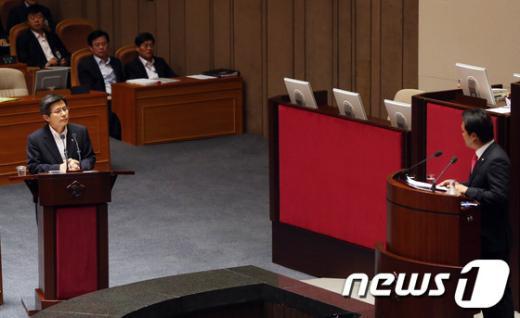 [사진]안민석 의원 질의에 답변하는 황교안 장관