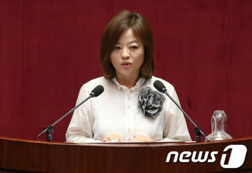 [사진]대정부질문 하는 진선미 의원