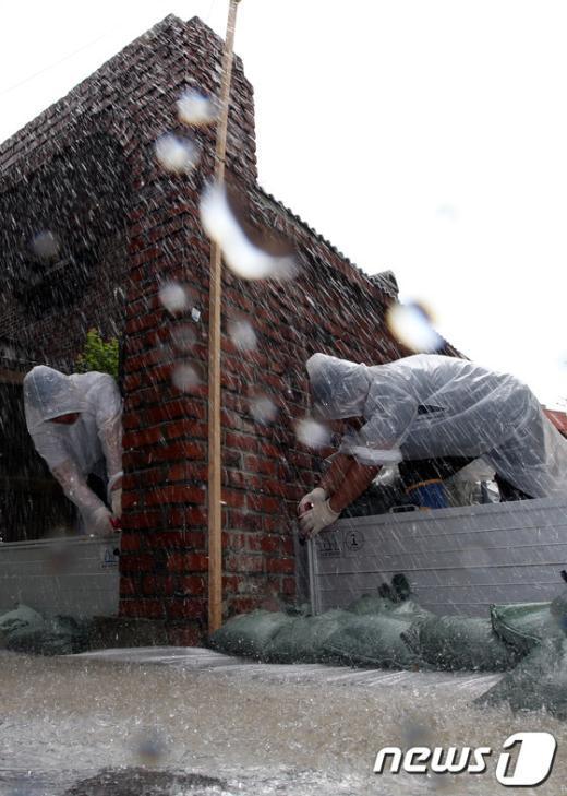 [사진]거친 물줄기 속 호우대비 훈련